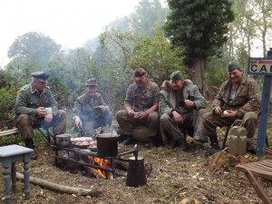 Lagerfeuer Frühstück mit Kameraden